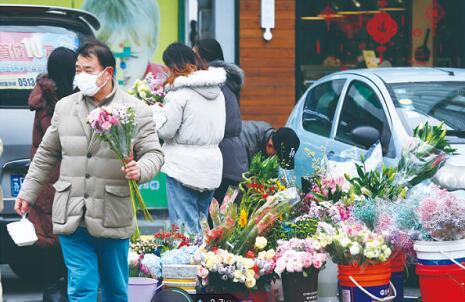 通城市民购买鲜花迎新年
