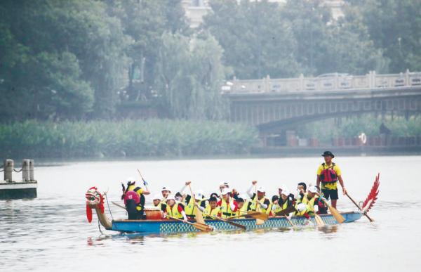 市首届亲子龙舟节举行